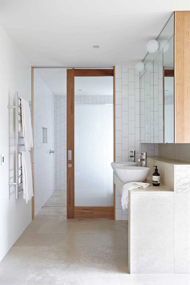 20 - Sliding glass door with wooden frame: timeless model for any type of bathroom.