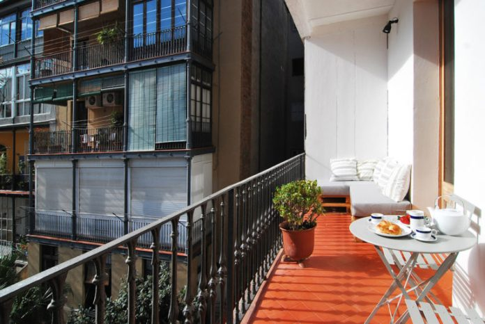 23. Pallet sofas are great options for outdoor balconies