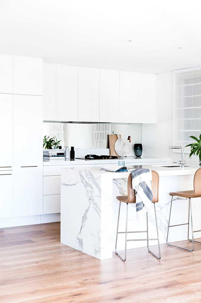 34. Another inspiration for small white American cuisine, with furniture designed to make the most of the functionality of the environment.