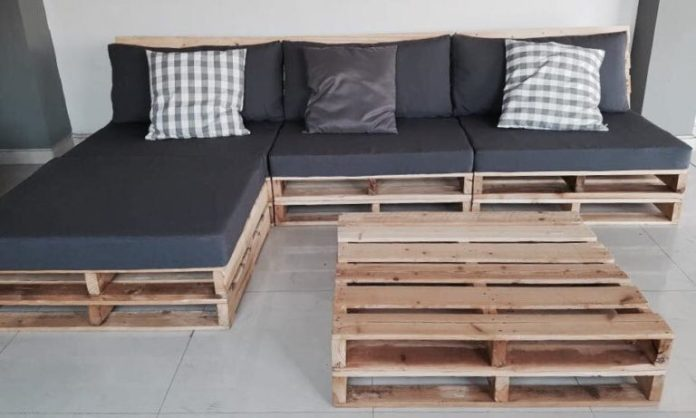 39. A pallet sofa can even have a beautiful chaise to make it much more comfortable
