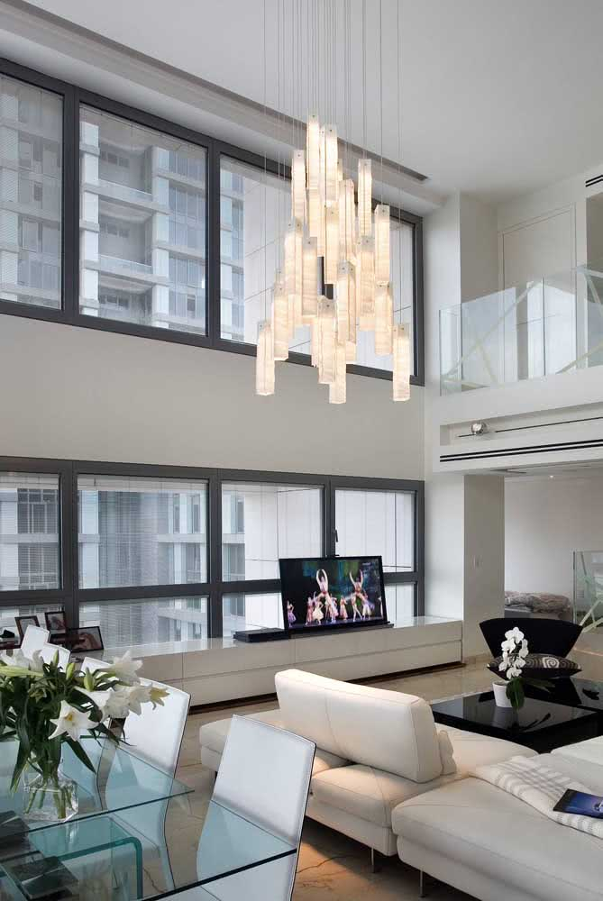 44 - A glass pendant chandelier to light and brighten the integrated environments.