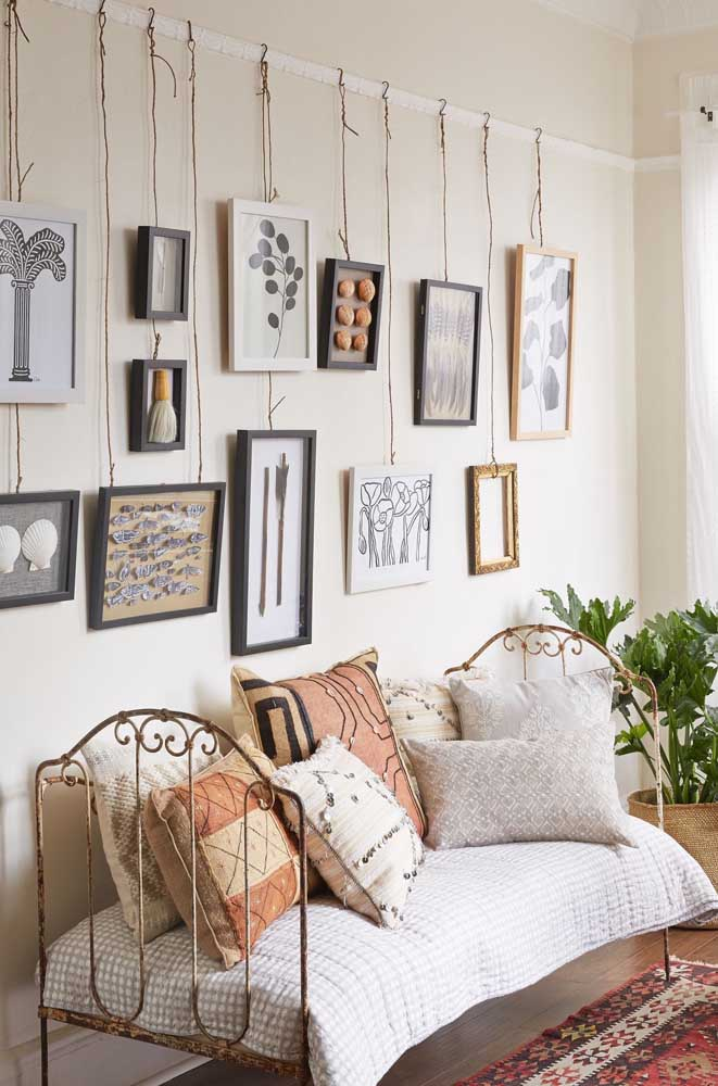 06. How about investing in hanging frames to make a panel in the bedroom?The result is very different and creative.