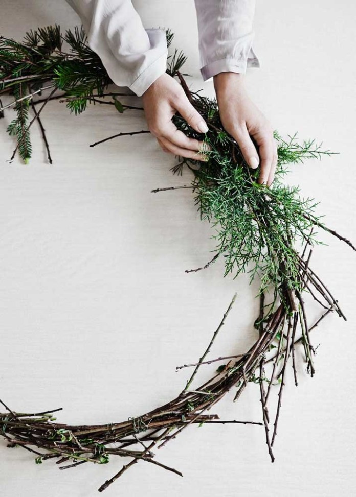 21. If you prefer to follow the traditional way of making garlands you will need dry branches for the bow.