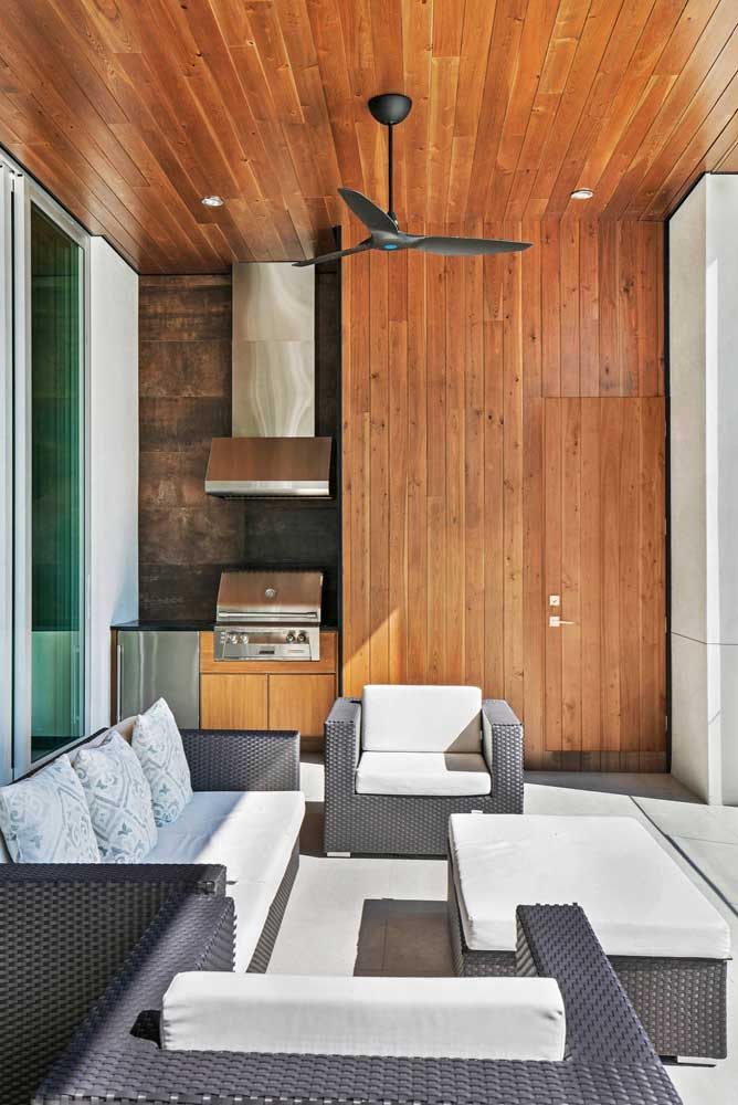 22. Wood cladding to bring extra comfort in the leisure area with barbecue.