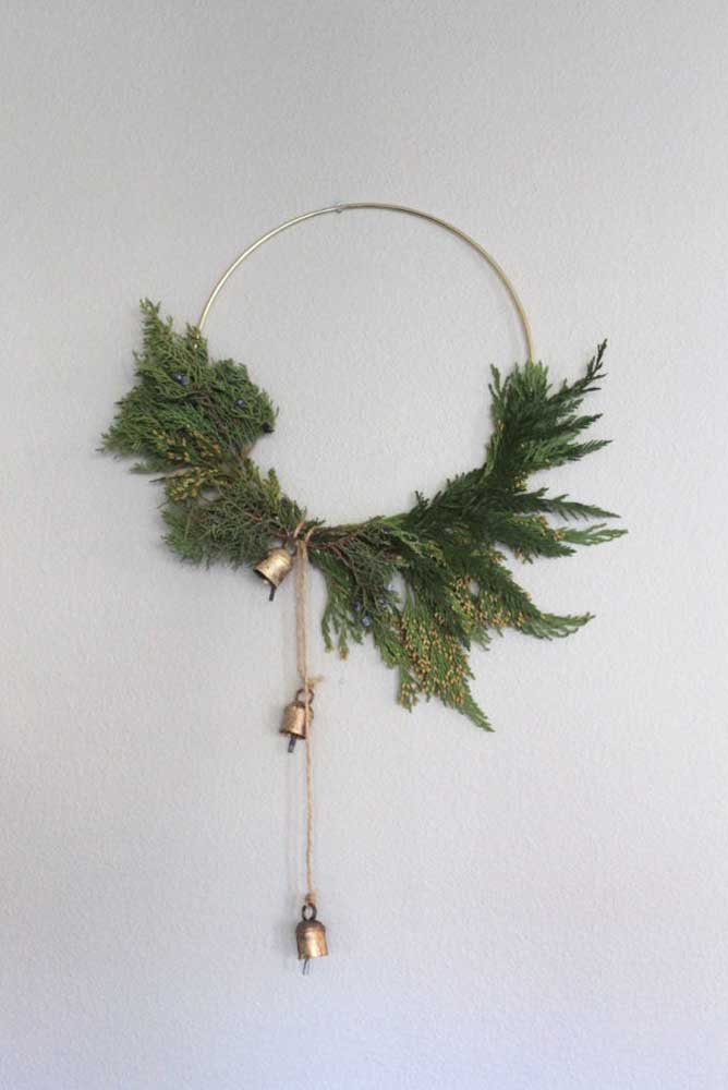 46. The golden bow forms the support for the pine branches.
