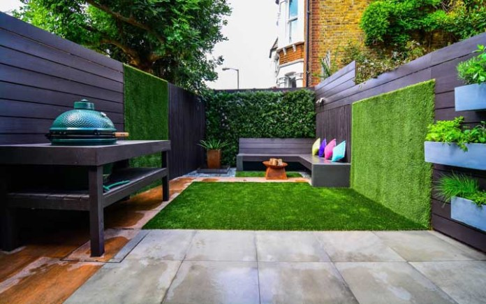 49. And when you can't count on a large area, the way is to improvise and use synthetic grass in the barbecue area.
