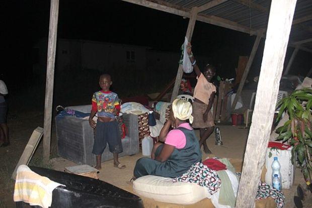 «Sur 800 familles déguerpies il y a une semaine, 300 familles environ vivent là aux abords de la cité. On s'offre désormais un sommeil à la belle étoile, n'ayant aucun endroit où aller habiter»