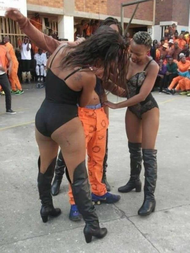 Afrique du Sud : des stripteaseuses créent la polémique en dansant pour des prisonniers