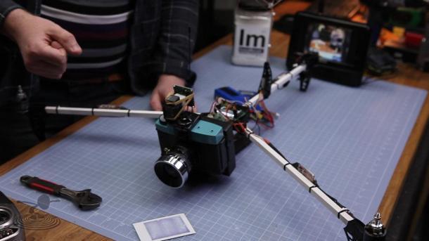 Lomo-copter, uma Diana F+ pendurada em um mini helicóptero