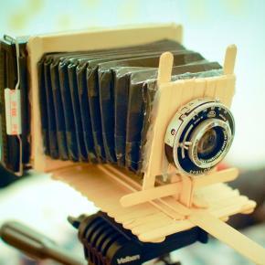 Uma câmera polaroid de fole feita com palitos de sorvete!