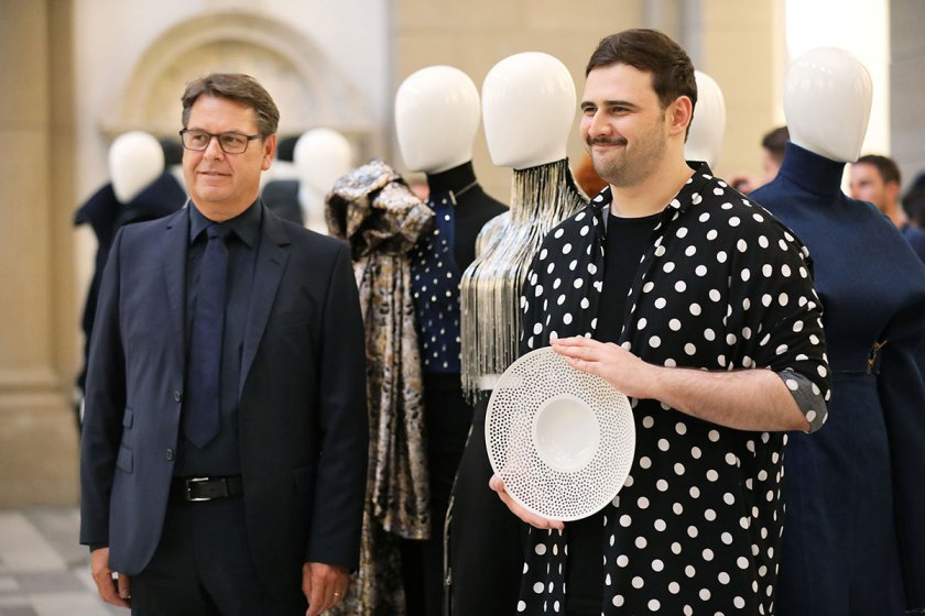 Andreas Stang, 3. Preis Studierende European Fashion Award FASH 2017 (rechts) und Manfred Junkert vom Gesamtverband Textil und Mode (links). Foto: © Bernhard Ludewig / SDBI