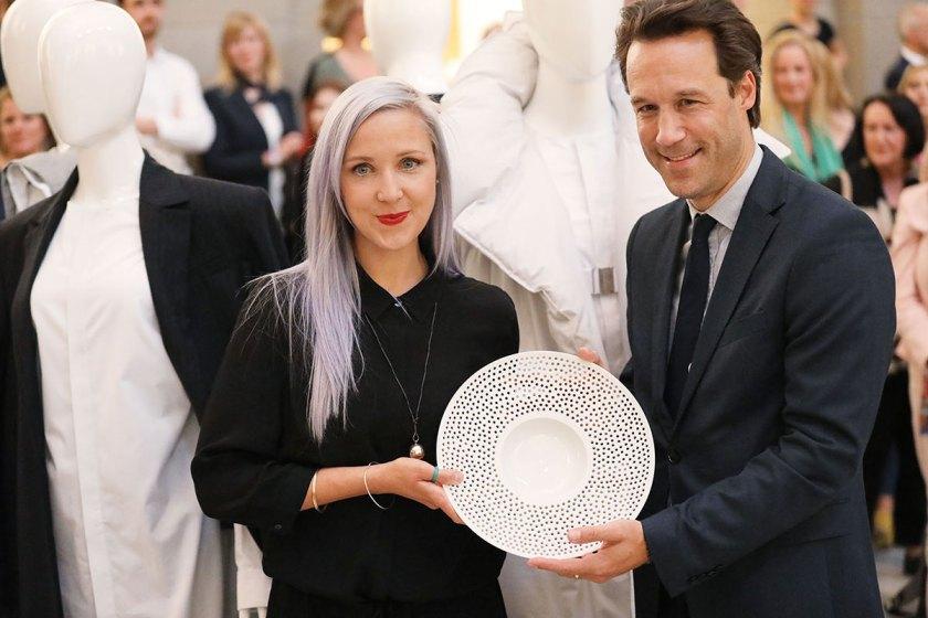 Katja Skoppek, 2. Preis Absolventen European Fashion Award FASH 2017 und Franco P Tettamanti, Modefotograf und Mitglieder der Jury. Foto: © Bernhard Ludewig / SDBI