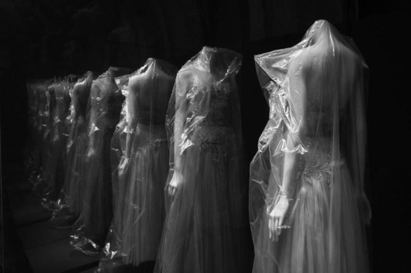 """montaje de nuestra exposición """"Gabrielle Chanel. Manifiesto de la moda"""" por © Geoffroy Ménabréa"""