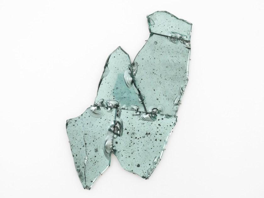 Vista de la exposición La Fuga Ebria. 2021. Resina de poliéster y vidrio. Medidas variables. Cortesía galería Artnueve