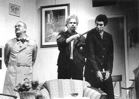 """Rob de Wijn als inspecteur Rooney, Erik Vlugt als O'Hara en Hans de Jong als Jonathan Brewster in """"Arsenicum en oude kant"""" (1997) Foto: Marco Bakker"""