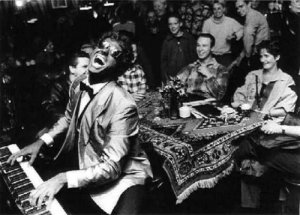 Tijdens de pauze geniet het publiek zichtbaar van Peter Sloots Foto: Marco Bakker