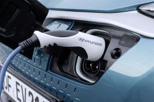 Moottorin parivertailussa Hyundai Kona bensiinimoottorilla ja täyssähköautona