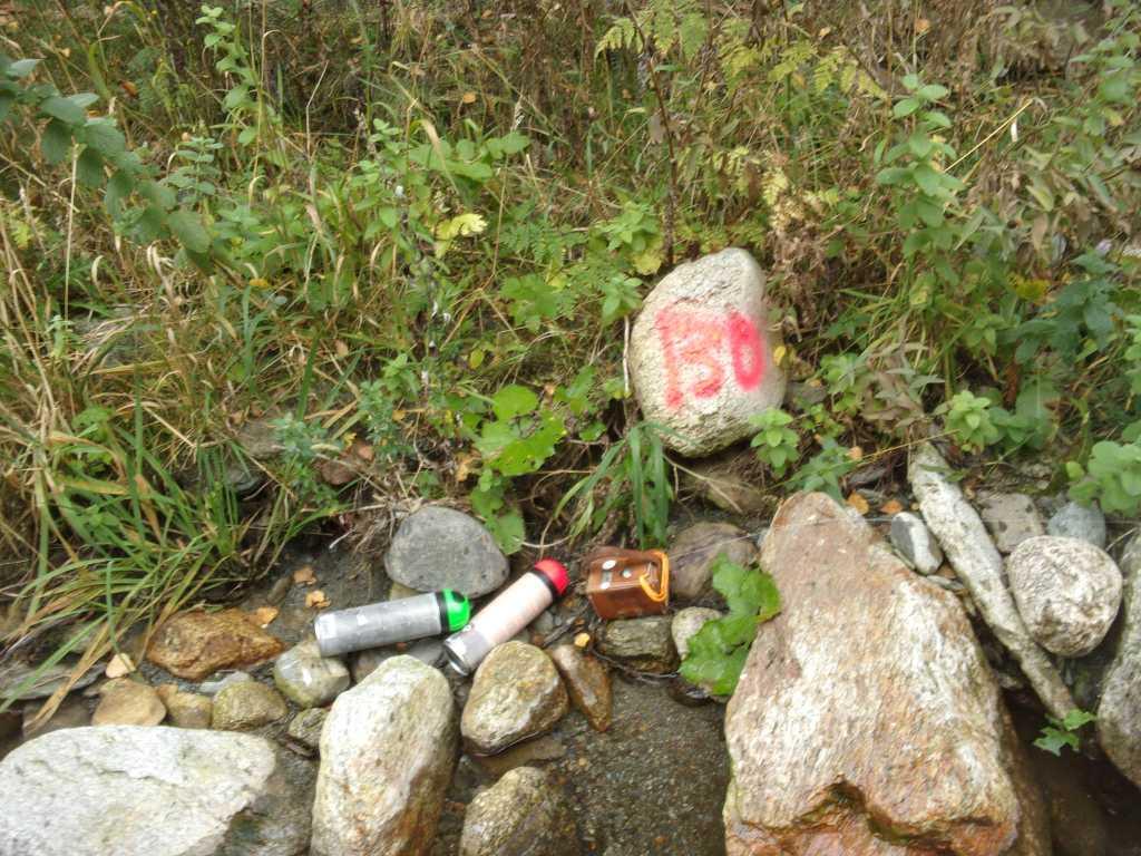 Transparence : topofil et bombes de peintures, les outils essentiels pour bien se repérer en rivière.