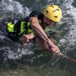 Benoît FOURCADE. Découpe de corde au couteau, dans le cadre de la formation sécurité et sauvetage en eaux vives (MASE)