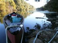 Vue sur notre canoë rigide 2 place au bord du fleuve Hérault