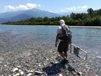 Loïc va s'installer pour réaliser un quadra de végétation pour le Suivi morphologique des bancs de l'Isère
