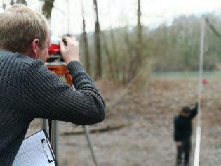 Suivi morphologique : Charles et Baadïs réalisent un relevé au niveau de chantier Leica NA720 sur une annexe de l'Isère