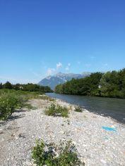 L'Isère entre Grignon et Albertville. On aperçoit une parcelle peinte, un des indicateurs mis en place par Dynamique Hydro pour réaliser le suivi morphologique des bancs du cours d'eau.