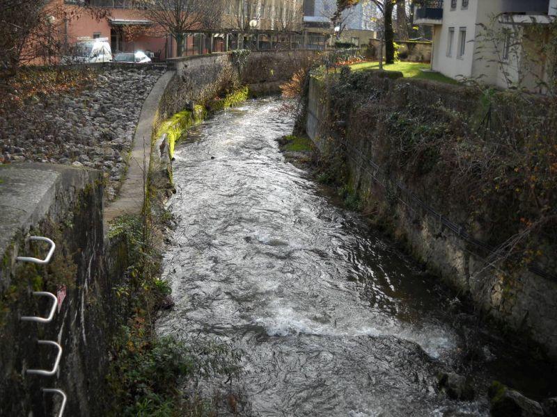 Vue de la rivière Morge dans le centre-ville de Voiron