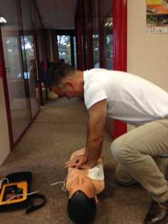 Loïc fait un massage cardiaque à un mannequin