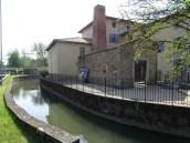 Reyssouze : vue sur la rivière qui traverse le parc des Baudières à Bourg-en-Bresse et une habitation la longeant.