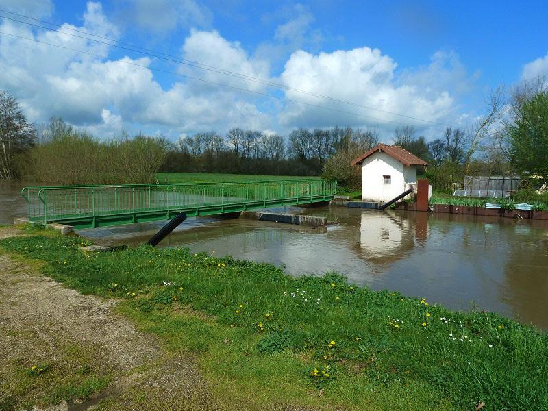 Vue sur le petit canal et le système de vannage reliant la Reyssouze au Reyssouzet dans le cadre du projet de continuité écologique