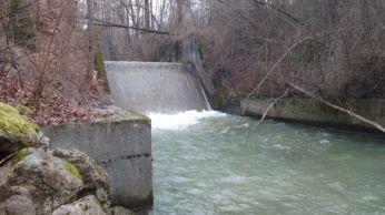 Photo d'un seuil rampe en béton en vue du rétablissement de la continuité écologique