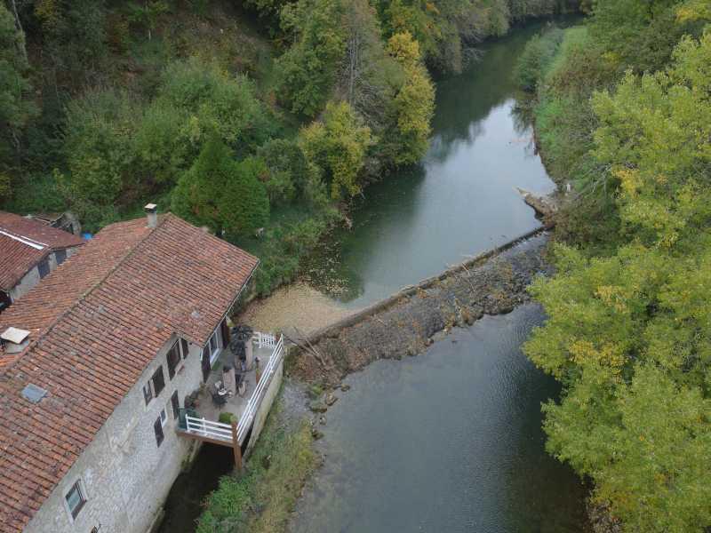 Vue en drone du seuil de Guillières sur le Suran