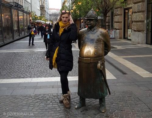 Zrinyi ulica, statua policajca