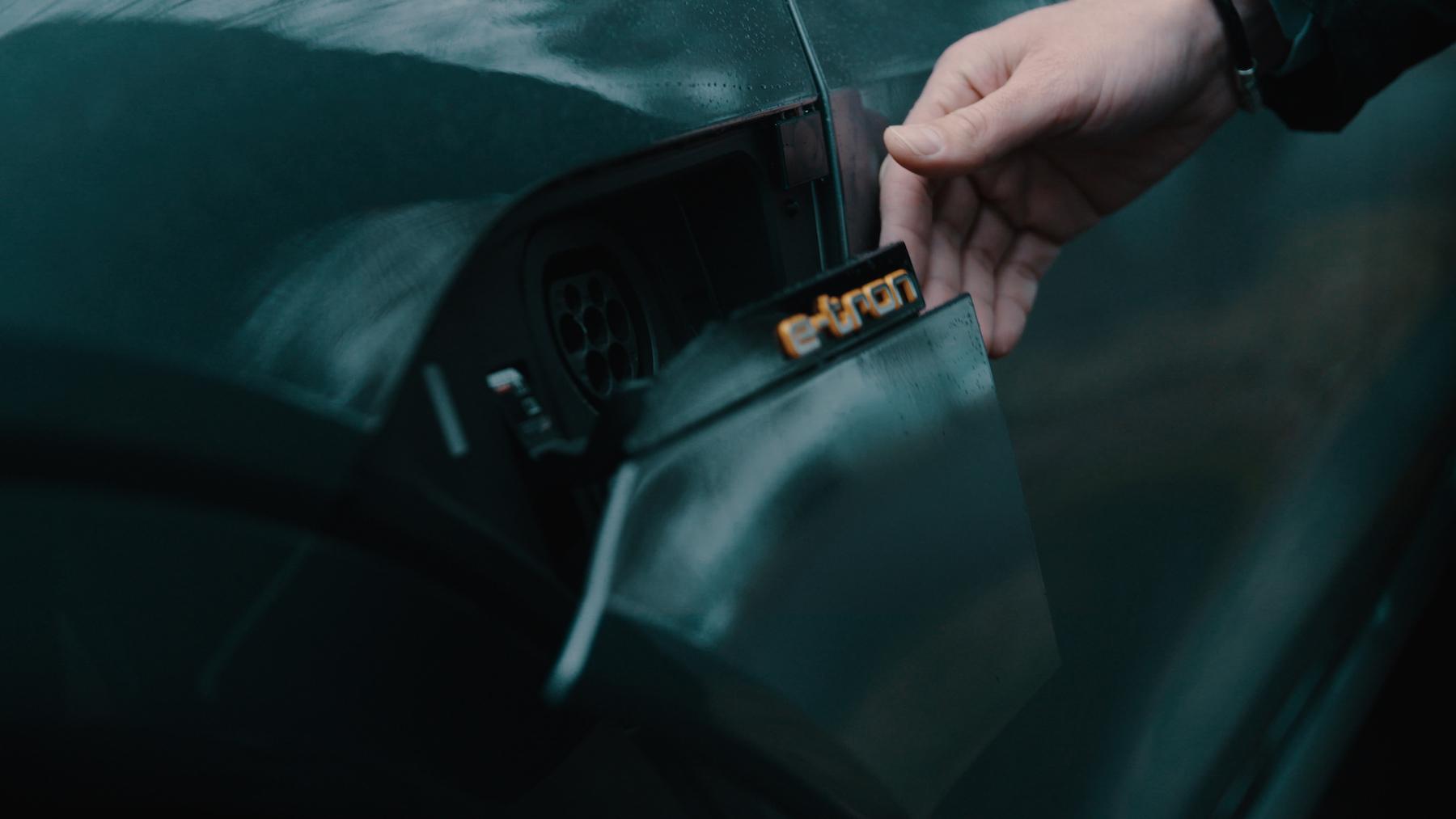 Le volet de recharge de l'Audi e-tron est à ouverture et fermeture électrique.