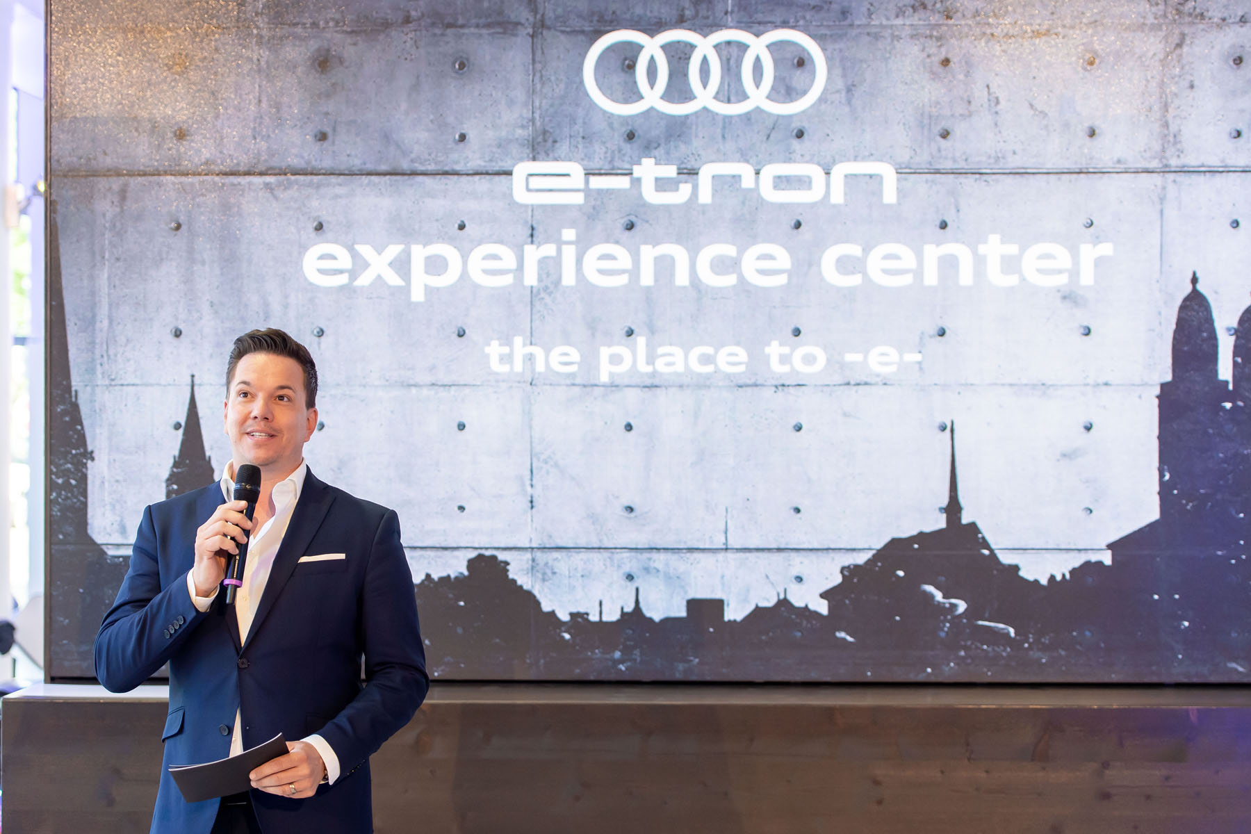 Il moderatore Sven Epiney all'apertura dell'e-tron experience center. (Tom Lüthi)