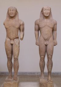 Cleobis y Biton, Museo Arqueológico de Delphi, siglo VI a. C.