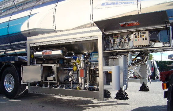 Cuadro de texto: Sistema de medida de leche de alta capacidad, instalado sobre cabina lateral en semitrailer de 3 ejes de  24 000 L de recogida de leche. Con sistema automático de obtención de muestras de leche y refrigeración autónoma.