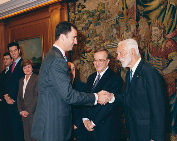Figura 12. Noviembre 2002. Audiencia de SAR D. Felipe, Príncipe de Asturias, Fundación García Cabrerizo, Madrid. A la Izquierda la Ministra de Ciencia y Tecnología Anna Birulés.