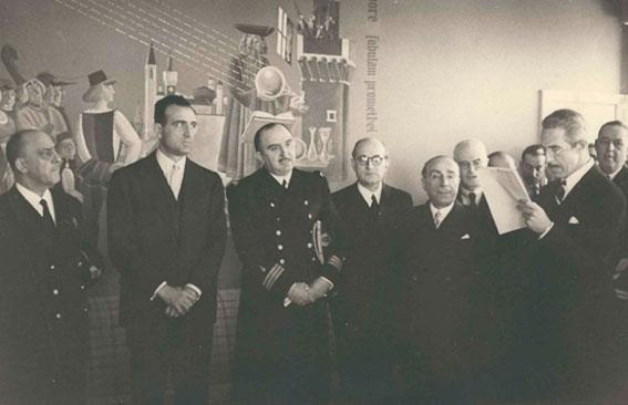 Figura 2. Febrero 1952. Ofreciendo al Profesor Otero la Gran Cruz de Alfonso X El Sabio. Otero en el centro de uniforme, el Ministro de Educación, Sr. Ruiz Jiménez, a su derecha.