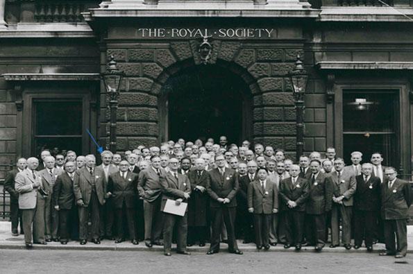 Figura 3. 1954, Frente a The Royal Society de Londres, en la Asamblea Internacional de Física