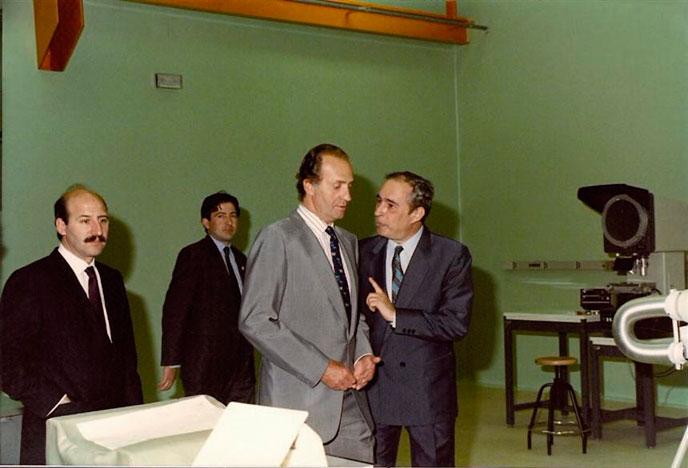 Figura 9. Visita de S. M. el Rey a los laboratorios del CEM, en su inauguración. Año 1989. S.M. el Rey Juan Carlos I en compañía del Director del CEM Manuel Cadarso. . A la izquierda, el ministro de Obras Públicas, D. Javier Sáenz de Cosculluela.