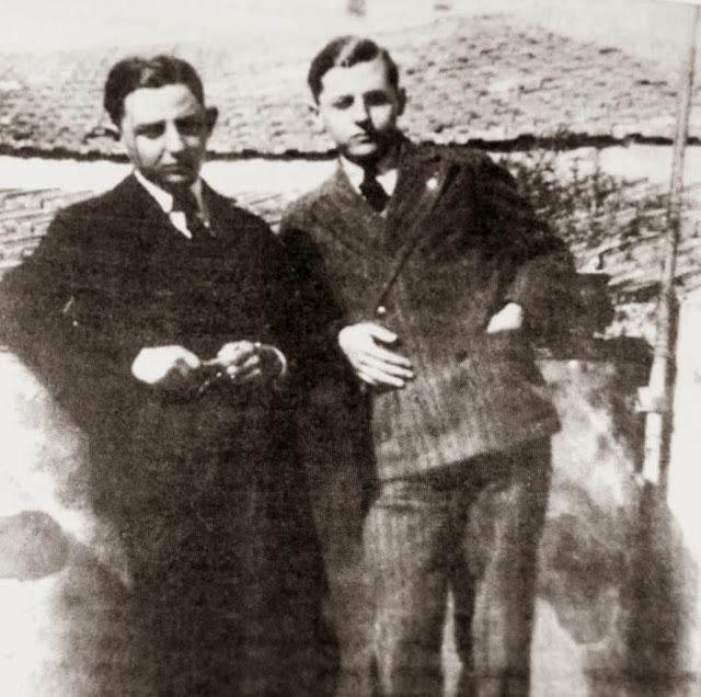 Με ένα από τα αδέρφια του (δεν διευκρινίζεται αν είναι ο Δημήτρης-Μίκιας ή ο Αργύρης)