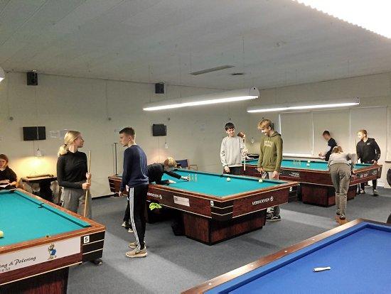 Eleverne lærte hurtigt billardreglerne, da de besøgte Næstved Billard Klub. Privat foto