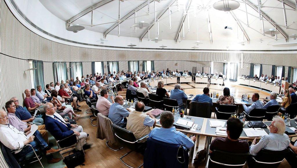 Ihre Entscheidung zum Windpark zwischen Rössing und Klein Escherde machen sich die Abgeordneten nicht leicht. Fotos: Werner Kaiser
