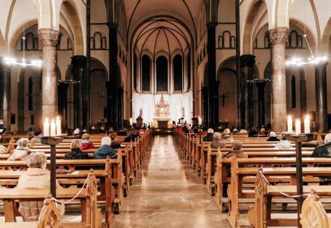Trotz der Pandemie war die stimmungsvoll erleuchtete Aloysius-Kirche am dritten Adventssonntag gut besucht.