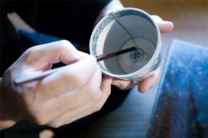 При слепване на неметални изделия - детайли от порцелан, фаянс, стъкло ипластмаса се използват специализирани лепила.