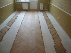 Изключение правят подове от масивно дърво, които не трябва да бъдат директно залепени към носеща повърхност на сухия под поради различното разширение на материалите при промяна на околната влажност.