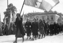 28η Οκτωβρίου 1946: Χήρες, μητέρες και κόρες πεσόντων παρελαύνουν στην Πλατεία Συντάγματος