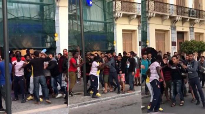 Σάμος: Μετανάστες πλακώνονται σε ΑΤΜ για το επίδομα που τους δίνει η κυβέρνηση